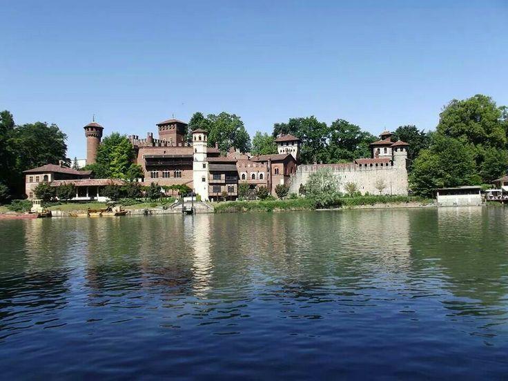 Il Castello del Valentino sulla riva del fiume PO - Torino