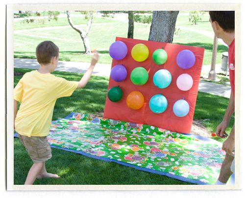 Dartspel met ballonnen (eventueel gevuld met snoep of water.