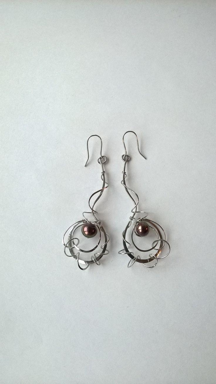 Náušnice+NM3P+s+fialovou+perlou+Autorský+šperk.+Originál,+který+existuje+pouze+vjednom+jediném+exempláři.+Náušnice+jsou+vyrobeny+ručně.+Tepané,+ohýbané,+tvarované+z+chirurgického+drátu+zdobené+fialovou+sladkovodní+perlou+s+lehkými+duhovými+odlesky.+Ocelové+dráty+použité+k+jejich+výrobě+mají+zdravotní+atest+pro+chirurgii.+Tyto+dráty+jsou+kvalitní,+sgarantovaným...