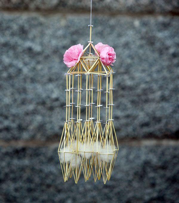 Modern 'himmeli' (in Finnish. 'Oro' in Swedish) by Per-Åke Backman. Traditional Scandinavian straw craft | Halmkrona, modell A Julros, av Per-Åke Backman. (Foto Lennart Edvardsson)