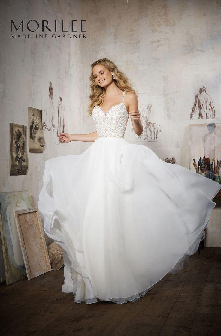 Niesamowity, błyszczący gorset i ramiączka, lejąca spódnica sukni ślubnej Mori Lee. Połączenie klasycznej elegancji i dziewczęcego uroku. Wyszywany cyrkoniami gorset …