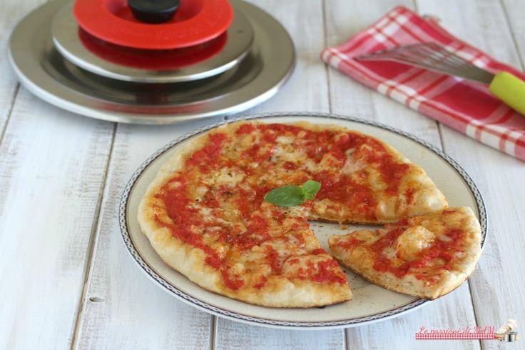 Pizza con Magic Cooker cotta in padella senza dover accendere il forno, facile e veloce da preparare con un notevole risparmio.