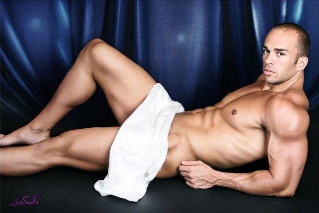 Apolo boy stripper de Marbella, este chico es ademas de alto muy atractivo destaca por lo grande que es. Genial para impresionar a la novia en su despedida de soltera