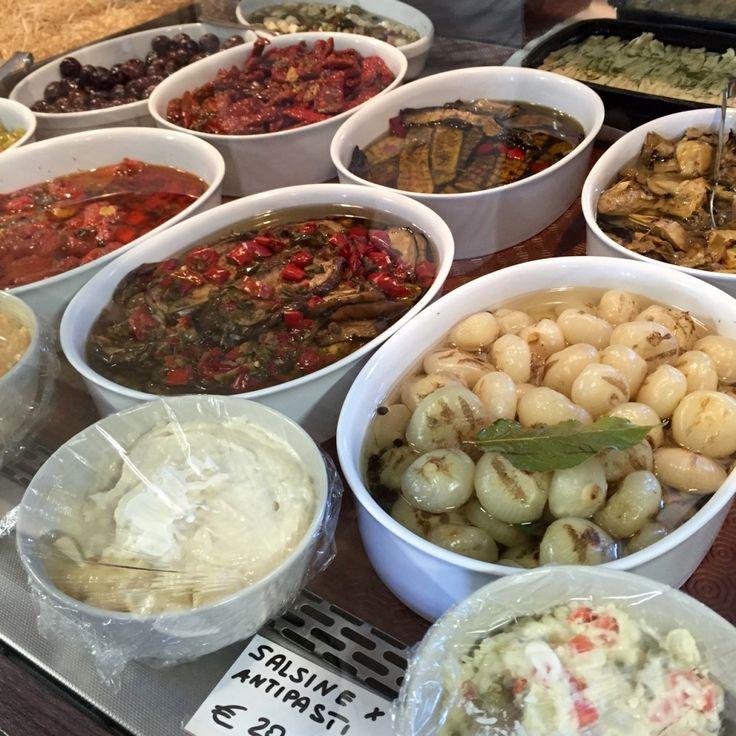 """O """"alimentare"""" é loja de comida na Itália."""