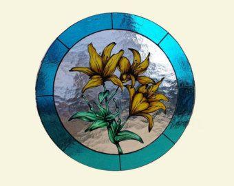 Tiffany di vetro macchiato vetro uccello - uccello. Un suncatcher multicolor in vetro colorato. Vedere altri Giveaway correlati: 3d ambra & Stained Glass Butterfly - https://www.etsy.com/listing/111939985/3d-amber-stained-glass-butterfly-tiifany Cavalluccio Marino tiffany glass - https://www.etsy.com/listing/112195343/seahorse-tiffany-glass-stained-glass Ogni suncatcher è fatti a mano e potrebbe essere leggermente diversa da quella sulle...