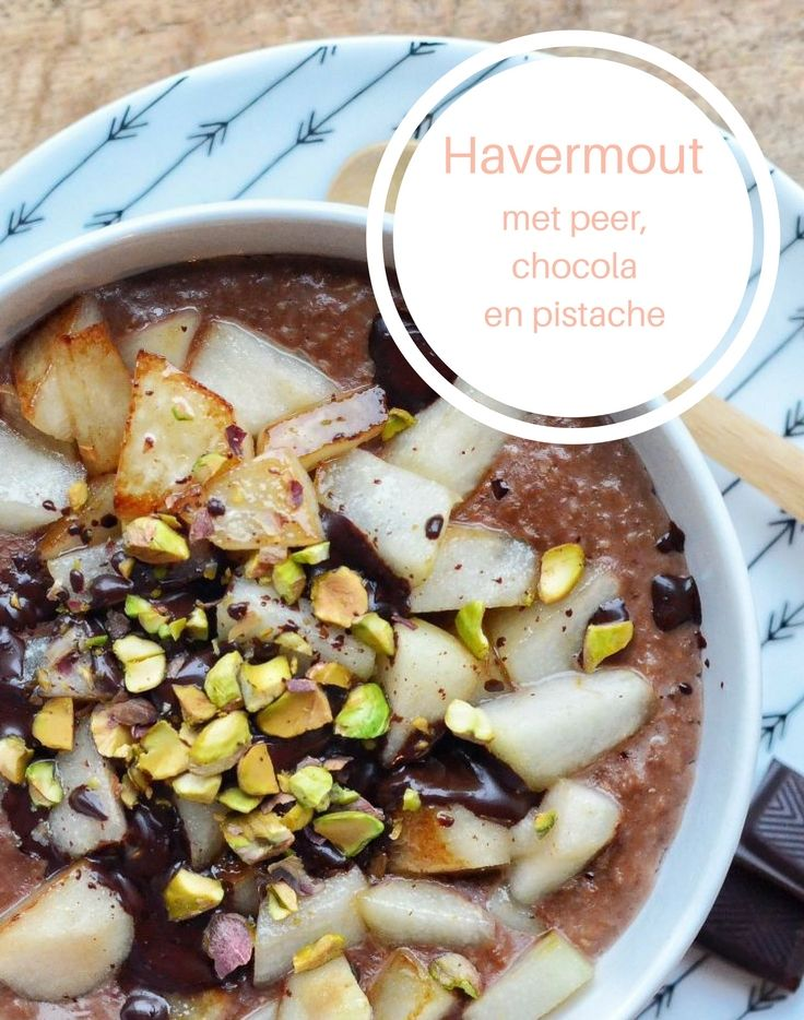 Warme havermoutpap met gekarameliseerde peer, gesmolten chocola en pistachenootjes.