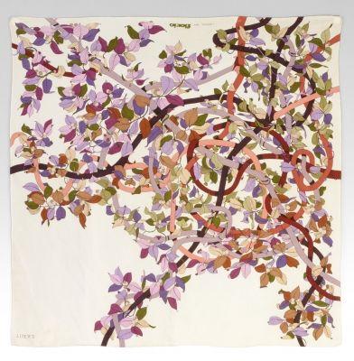 Pañuelo de LOEWE (Liberata per Fiorio).Realizado en seda, presenta una decoración, en distintos colores, a base de ramas entrelazadas entre sí formando líneas rectas y destacadas curvas, con hojas y pequeños frutos que casi pasan desapercibidos.