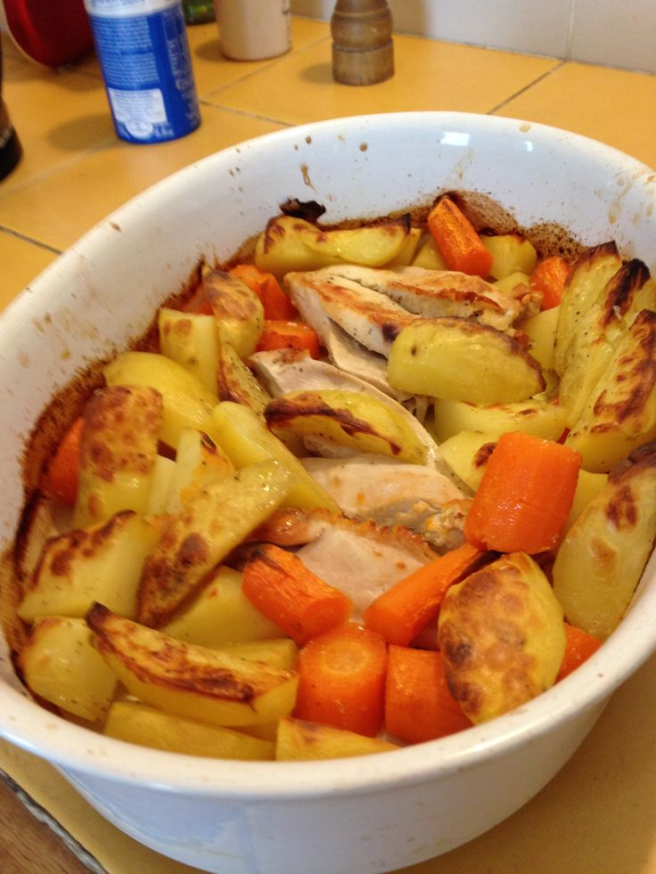 POULET et LEGUMES AU FOUR: prenez des blancs ou des cuisses de poulet frais ou surgelés. Les déposer au font d'un plat  légèrement huilé, ajoutez un peu d'eau et mettre au four à 200°sans les légumes pendant 1/4 d'heure si les morceaux de poulet sont surgelés. Sinon, mettre poulet et légumes ensemble. Pelez,coupez en quartiers  des carottes et des pommes de terre. Les installer autour du poulet , arrosez d'huile d'olive,rajoutez un peu d'eau , salez , poivrez, et mettre a four 1h.