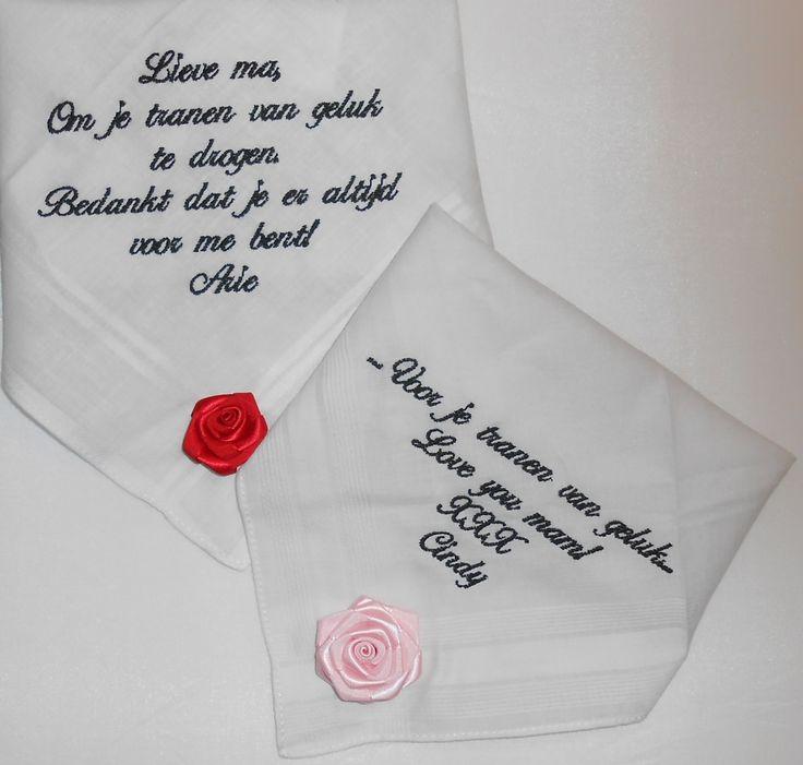 Dames zakdoeken met roosje rood en roze tekst zwart geborduurd