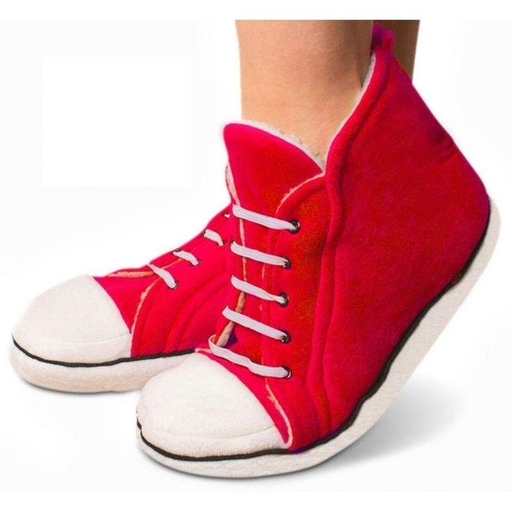 Deze rode sneaker sloffen voor damesd zijn gemaakt van pluche en passen perfect onder je huispak of joggingpak. Materiaal: katoen.