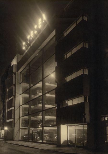 13. Photographie anonyme, Vue nocturne du garage Citroën, d'Albert Laprade et Léon Bazin (1928-29), rue Marbeuf, Paris, s.d.