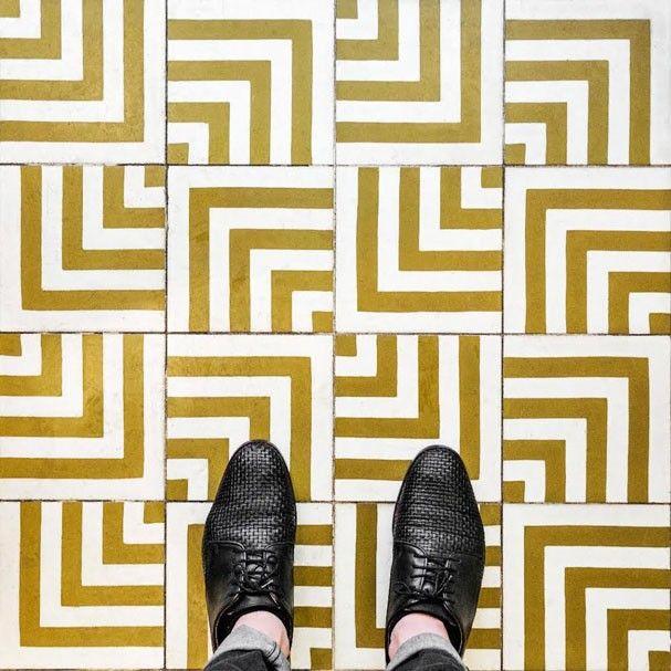 Pavimento Cerâmico: Branco e Dourado / Padrão