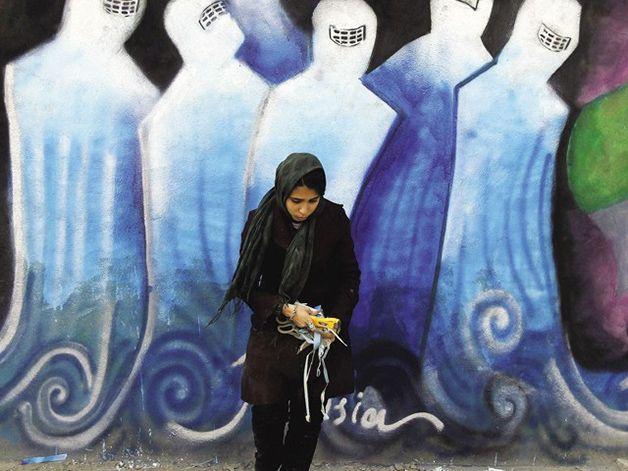 """Para Shamsia Hassani, """"não é a burca que define a liberdade das pessoas, e sim a paz"""". Créditos do click na foto. Click desconhecido. Hypeness."""
