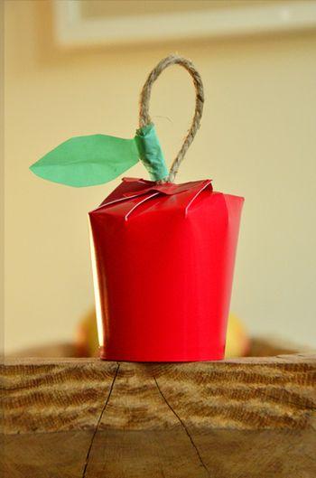 こちらは何と、林檎! もらった人が思わず笑顔になってしまいそう。 真っ赤な紙コップを手に入れたら、こういうラッピングもありですよね。