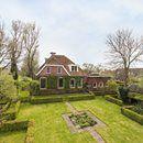 Wonen in stijl in een prachtig 18e-eeuw herenhuis op een perceel van ca. 2.200 m2 op slechts 20 minuten van Groningen. Vrij uitzicht, 5 slaapkamers, 2 badkamers en een prachtig aangelegde tuin. Via onderstaande link treft u een uitgebreide foto- en videopresentatie van deze woning aan. Liken en delen wordt zeer gewaardeerd.