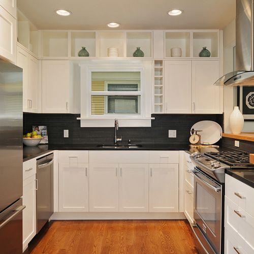 Diseño de cocina en U, contemporánea, con fregadero bajoencimera, armarios estilo shaker, puertas de armario blancas, salpicadero verde, salpicadero de azulejos en listel y electrodomésticos de acero inoxidable