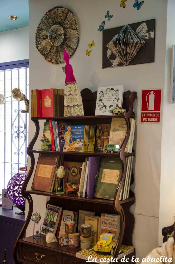 Expositor de libros. Librería Mujeres & Cía., Madrid. www.lacestadelaabuelita.com