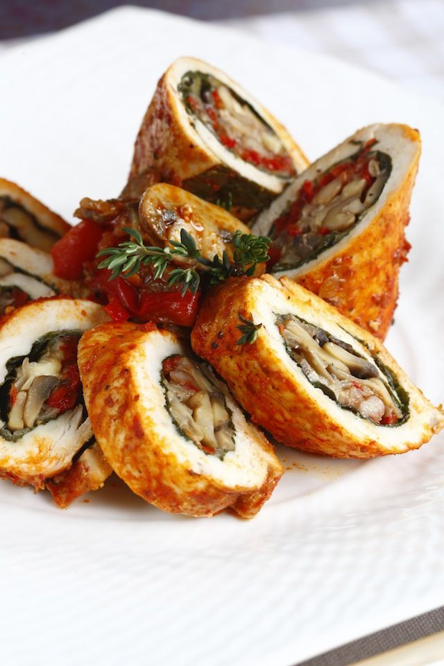 Pazılı tavuk sarma ceviz, peynir ve mantarın da katkısıyla çok lezzetli bir ana yemeğe dönüşüyor.