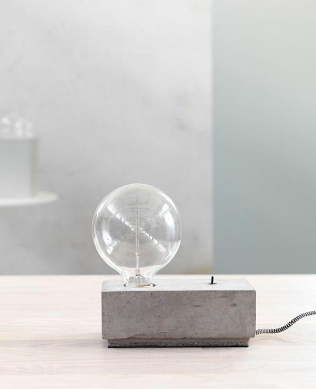 Bordslampan Stella från Pholc är en cool och tuff lampa. Betongmaterialet gör också att ingen lampa är den andra.