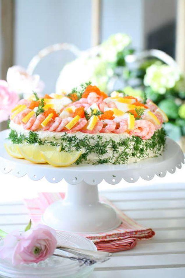 Tore Wretmans Skagenröra är en klassiker i vårt svenska matarv. Här blir den goda röran härlig fyllning i en lyxig tårta.