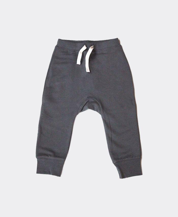 """Gray Label er et fantastisk minimalistisk børnetøj mærke fra Holland. Alt tøj laves i den lækreste bløde økologiske bomuld. Nogle styes i den fineste italienske bomuld, med en lækker blød fleece inderside. Gray Label er især kendt for at lave lækre bløde sweatpants og de seneste sæsoner har også deres fantastiske """"Salopettes"""" smækbukser vundet de flestes hjerter."""