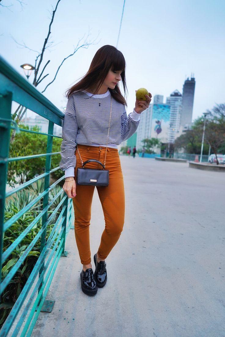 Look da Dani Noce com calça, oxford e blusa de manga comprida preta