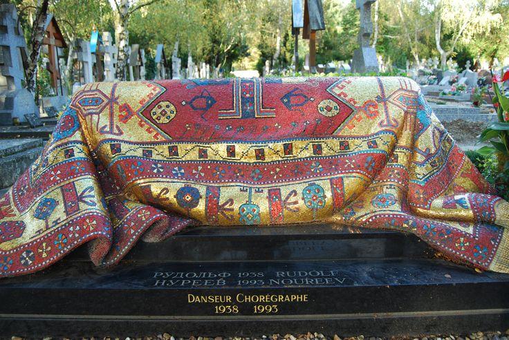 Tombe de Noureev au cimetière russe orthodoxe de Sainte-Geneviève-des-bois www.epitag.com #noureev #sainte_genevieve_des_bois #qrcode #plaque_qr_code #plaque_funeraire #funeraire #cimetiere_russe