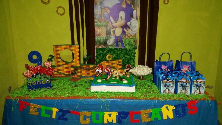Mesa con pastel de sonic, y cesta de paletas dulces