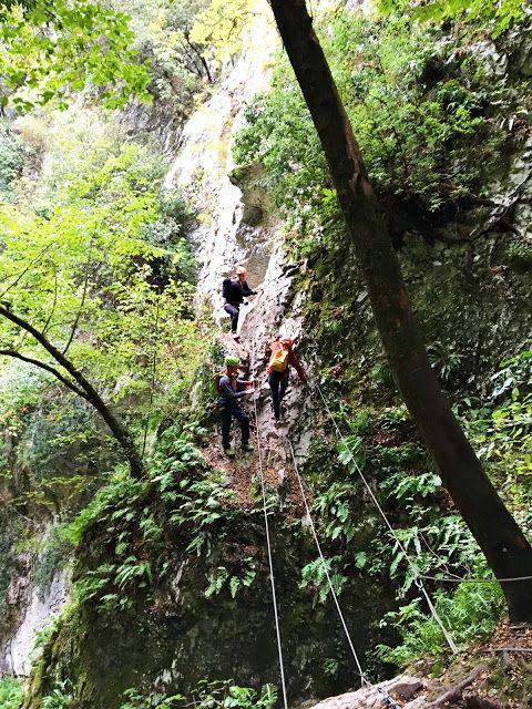 Jeg elsker å bruke naturen. Utforske, oppdage og utfordre. Å klatre i Via Ferrata ruter er en utmerket måte å kombinere både utforskertrangen og det å utfordre egne grenser på i forholdsvis trygge rammer. I Garda Trentino i Italia klatret jeg den utrolig vakre Sallagoni Via Ferrata ruten. Bli med på en aldri så liten oppdagelsestur!