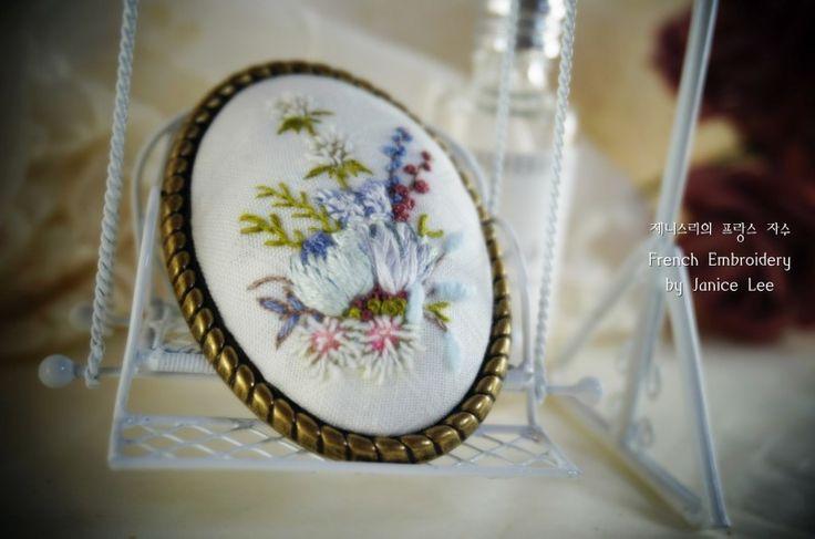 Sea Holly embroidery 네이버 블로그: http://m.blog.naver.com/kiwis78 Instagram: janice_embroidery kakao talk: kiwis78 Copyright ⓒ Janice Lee, All rights reserved. 제니스리의 모든 자수는 저작권 보호를 받습니다. 이 디자인 저작물을 영리 목적으로 이용할 수 없습니다 제니스리의 프랑스자수 Janice's french embroidery ㅣㅣ #자수수업 #자수 #프랑스자수 #자수브로치 #건대입구자수 #광진구자수 #성수동자수 #강남자수 #needleart #핸드메이드 #embroidery #stitch #handembroidery #힐링 #서양자수 #needlework #embroideryart #플로리스트 #bordado #선물 #취미 #서양자수 #craft #입체자수 #handmade #weaving