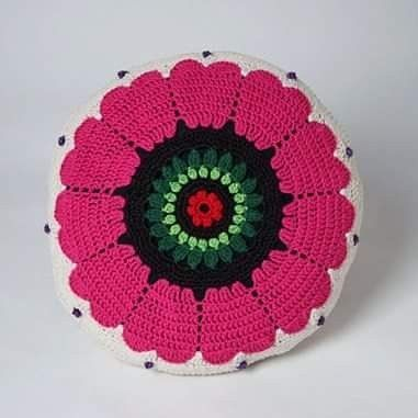 Virkad kudde i bomull, mitt egna mönster. Gjorde ganska många virkade kuddar ett tag, de flesta med blommor. Crocheted pillow in cotton. #pillows  #pillow  #crocheter  #crocheting  #design  #studiomagenta  #veronicafransson  #handmade
