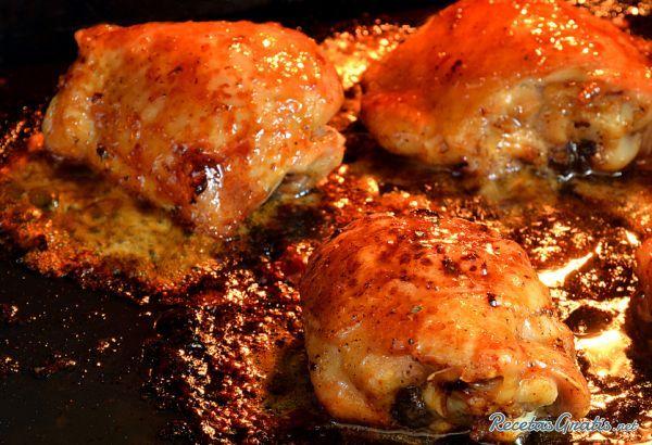 Aprende a preparar pollo horneado con CocaCola con esta rica y fácil receta. Corta la cebolla en láminas. Coloca los muslos en una bandeja de horno con un poco de...