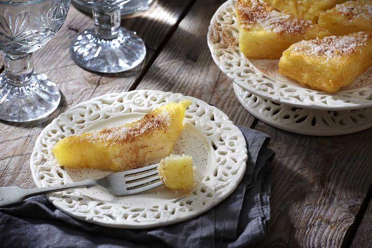 Λαχταριστές πίτες από σιμιγδάλι πασπαλίζονται με ζάχαρη και κανέλα και απολαμβάνονται. Πανεύκολη και πεντανόστιμη συνταγή, ιδανική και για νηστεία.