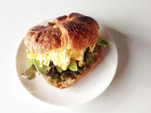 【nanapi】 このレシピについて家に居ても、カフェランチのような、ちょっとオシャレなサンドイッチが食べたいですよね。クロワッサンとふわふわのたまごでサンドイッチを作りました。朝食にも、ブランチにも、お弁当にもおすすめです。それでは、ふわふわたまごのサンドイッチの作り方をご紹介します。用意する...