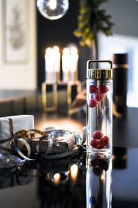 BTLD står for «Bottled» og er en vannflaske i glass med sil. Silen gjør det enkelt å kunne smakstilpasse sitt vann med frukter, bær, urter etc LEKKERT DESIGN Vannflaske i glass med sil SMAK