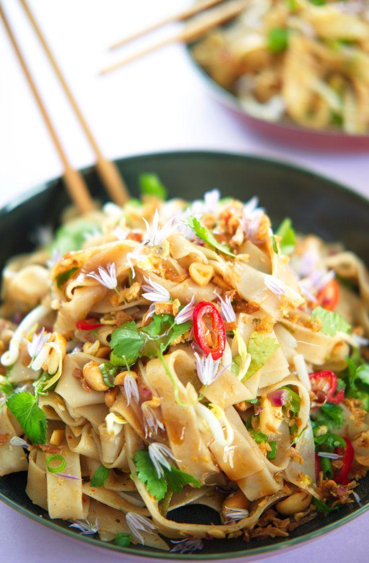 Nudler thai style Thailandske båndnudler med crunchy topping og syrlig saus, bedre kjent som pad thai, er overraskende enkelt å lage og smaker helt fantastisk i vegetarisk utgave! http://www.gastrogal.no/vegetarisk-pad-thai/ #PadThai, #Risnudler, #ThailandskeNudler, #Vegetarisk, #VegetariskPadThai