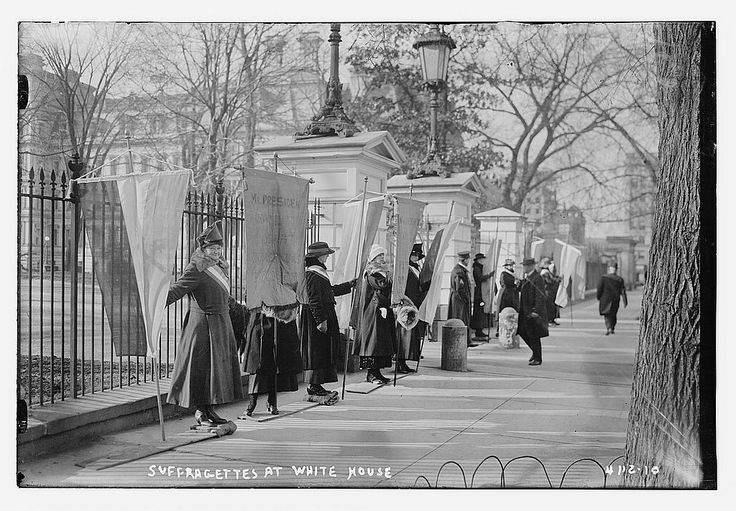 File:Suffragettes at White House (LOC) (16030873776).jpg