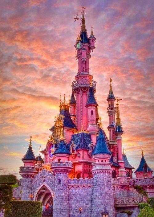 #Disneyland #Paris #pink世界中に5つしかないディズニーランド。そのうちの一つ、フランスにある「ディズニーランド・パリ」はプリンセスモード全開のメルヘンパーク。話題のピンクのお城だけではない、レストランやホテルなど、女性にたまらない魅力を探ります。