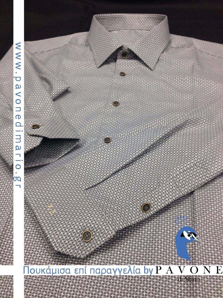 Τρικολίνα Αγγλίας (βαμβάκι) σχέδιο λαχούρι. Γιακάς Ημι-Rex,μανσέτα κοφτή. Μονόγραμμα με καλλιγραφικούς χαρακτήρες στην μανσέτα. Κουμπί ξύλινο,κουμπότρυπα στο χρώμα του πουκαμίσου.
