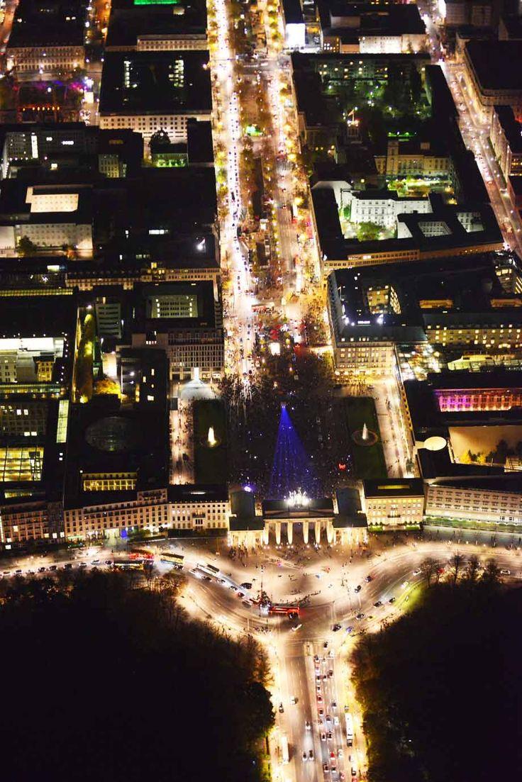 ღღ Das Brandenburger Tor und der Boulevard Unter den Linden. Auf dem Pariser Platz ist die Projektion für das Festival of Lights zu erkennen.