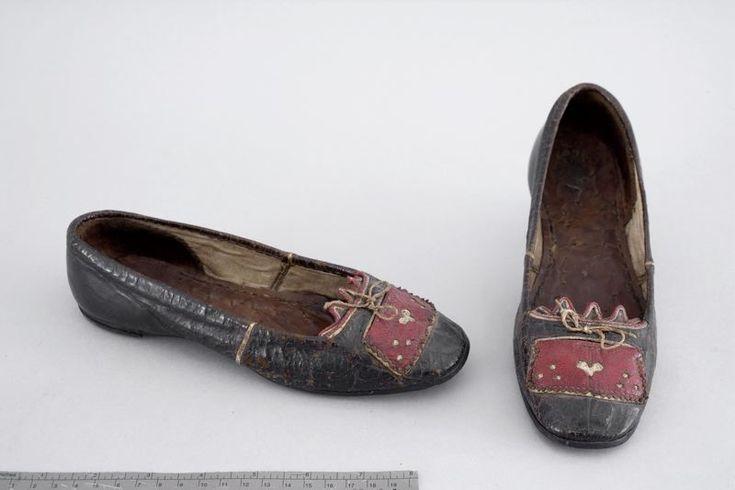 Brudskor i läder, Skåne (från ett område som fortfarande använde folkdräkter), 1840. Malmö Museer, nr. 008209