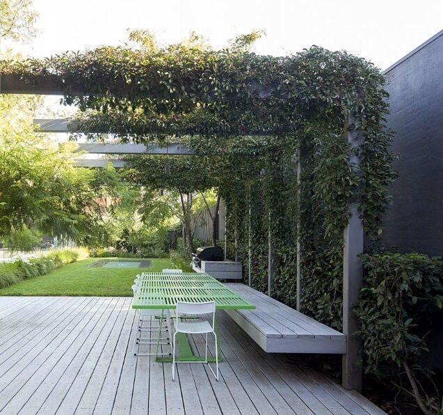 Stahlkonstruktion schafft eine Pergola im # Garten
