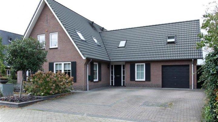 Rob de Nijs koopt luxe gezinshuis in Gelderland. Zie foto's - Bekende Buren