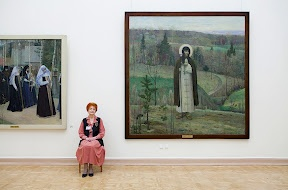 Russian women guarding their favourite artworks #art #russia #painting #photography