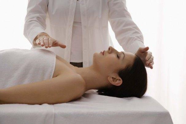 Una sesión de Reiki puede perdurar más o menos 45 minutos y el paciente continuará recostado en una camilla, descalzo y vestido. A lo largo de la sesión de