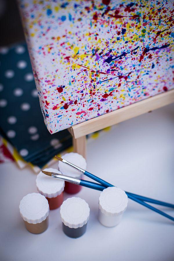 Ετοιμαστείτε να δείτε μία πολύ πρωτότυπη ιδέα για βάπτιση αγοριού! Με πολλά χαρούμενα χρώματα και με έμπνευση από το τρόπο ζωγραφικής του Jackson Pollock, αυτή η βάπτιση α�…