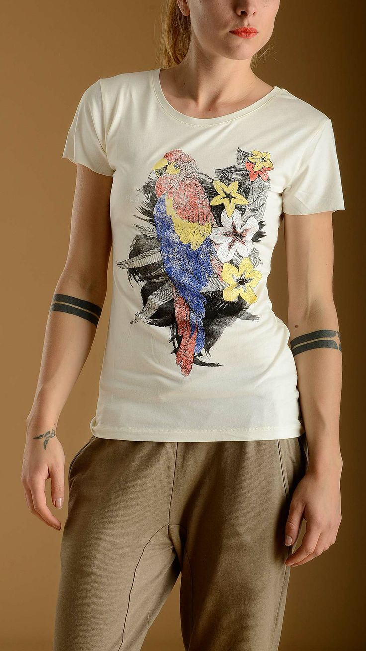 REBELLO Parrot printed white T-shirt characterized by short seamless sleeves, round neck, 100% tencel.