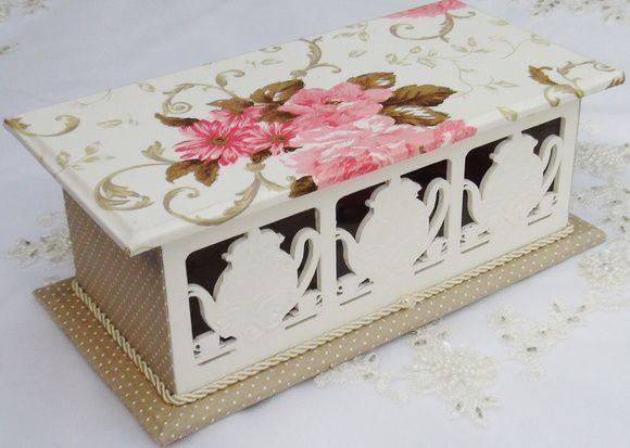 Porta chá e MDF pintado a mão com tinta PVA. Peça revestida com tecido 100% algodão. Apliques em massa para modelar. R$ 70,00