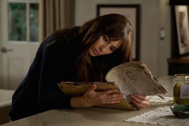 PLL: Spencer descobre segredos de família - http://popseries.com.br/2017/04/19/pretty-little-liars-7-temporada-these-boots-were-made-for-stalking/