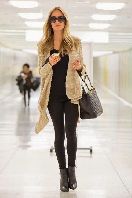 Stay comfortable & look stylish when traveling in an all black look with an oversized neutral cardigan.